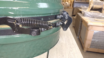 Big Green Egg hinge with lid closed